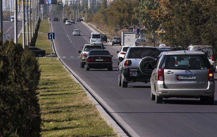 Автомобили едут по улице Масалиева (Южная магистраль) в Бишкеке