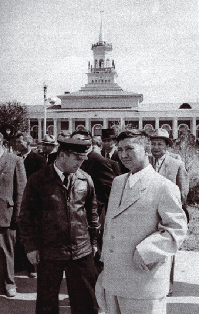 1958-жыл. Жарандык авиация башкармалыгынын башчысы Ишембай Абдраимов жана Исхак Раззаков Фрунзе аэропортунда
