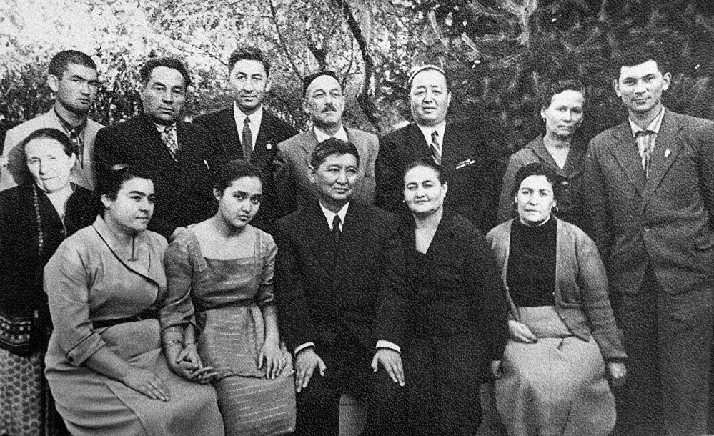 Кыргыз ССРинин башында турган Исхак Раззаков үй-бүлөсү жана жакындары менен