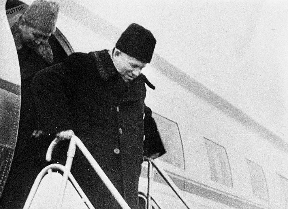 Раззаков жана Никита Хрущёв Фрунзе шаарындагы аэропортто