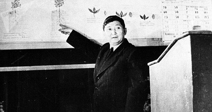 Коомдук жана мамлекеттик ишмер Исхак Раззаков. Архивдик сүрөт