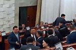 Депутаттар отставкага кеткен ЖК төрагасын узатышты. Видео