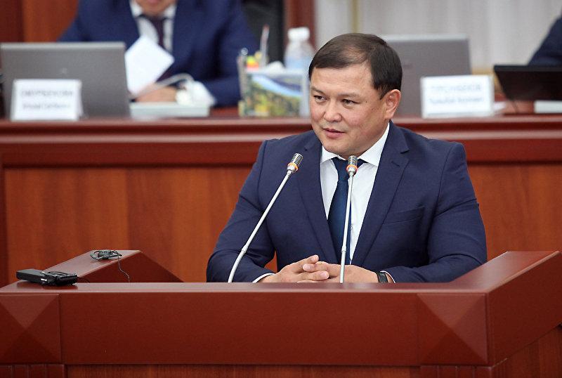 Депутат от фракции Кыргызстан Дастан Джумабеков во время заседания в Жогорку Кенеше