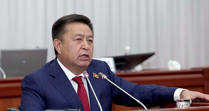 Архивное фото экс-спикера Жогорку Кенеша Чыныбая Турсунбекова на заседании
