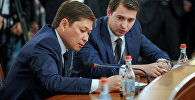Архивное фото премьер-министра Кыргызской Республики Сапара Исакова и министра экономики Артема Новикова