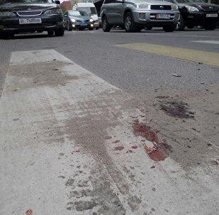 Следы крови на месте убийства сотрудника милиции на пересечении улиц Исанова и Боконбаева в Бишкеке