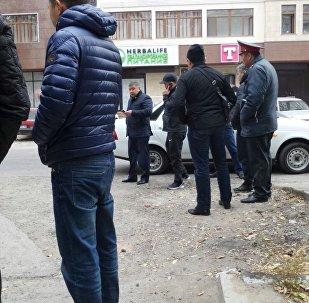 Сотрудники милиции на месте убийства сотрудника милиции на пересечении улиц Исанова и Боконбаева в Бишкеке