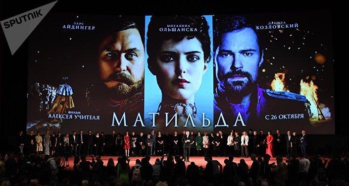 Режиссёр Алексей Учитель (в центре) на премьере своего фильма Матильда в киноцентре Октябрь в Москве.
