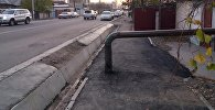 Труба посреди тротуара по улице Фрунзе в Бишкеке. Архивное фото