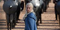 Актриса Эмилия Кларк в роли Дейенерис Таргариен в сцене сериала Игры престолов. Архивное фото