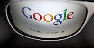 Страница поиска Google отражена в солнцезащитных очках. Архивное фото
