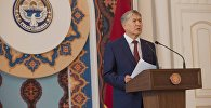 Президент Кыргызстана Алмазбек Атамбаев на церемонии вручения верительных грамот послам. Архивное фото