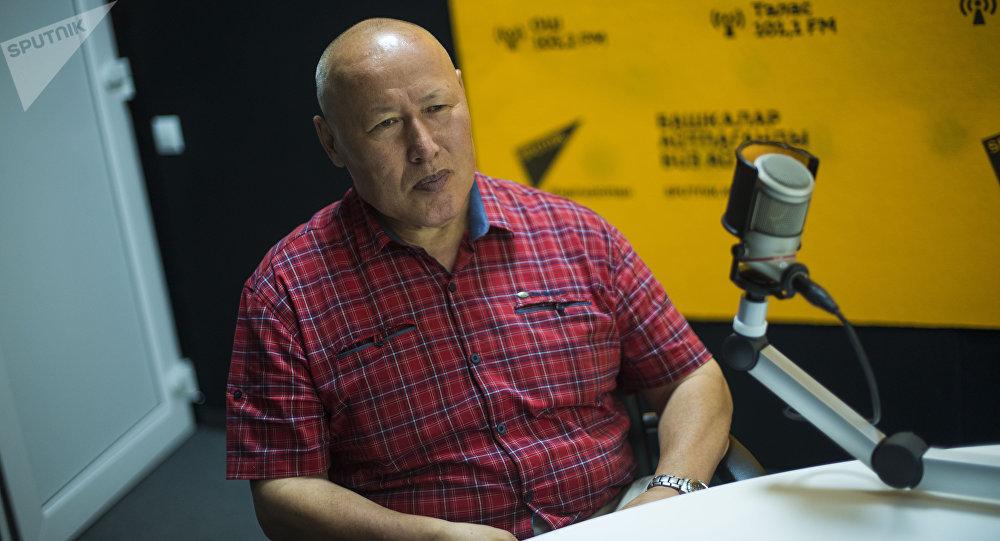 Экс-начальник Генерального штаба Вооруженных сил КР Асанбек Алымкожоев во время интервью на радио Sputnik Кыргызстан