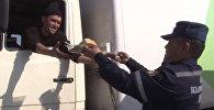 ӨКМ чек арада кезек күткөн 750 айдоочуга тамак-аш таратты. Видео