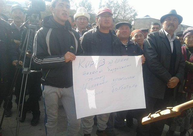 Люди на акции протеста в центре Таласа