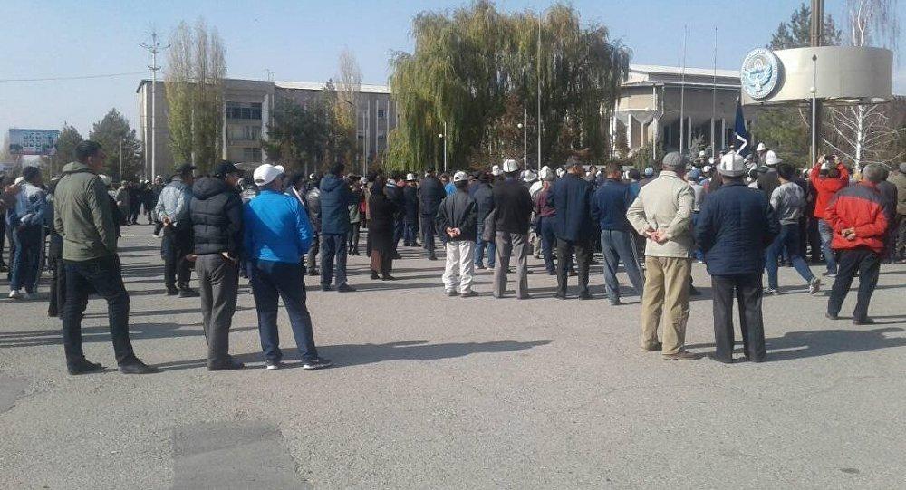 Люди на акции протеста в центре Таласа. Архивное фото