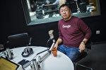 Кыргызстанский топ-менеджер Тилек Ахматов во время интервью на радиостудии Sputnik Кыргызстан