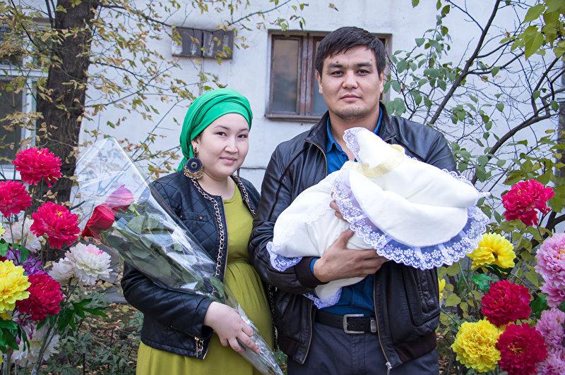 Боец ММА в тяжелом весе Тилек Жээнбеков с женой и сыном