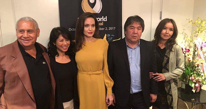 Кинорежиссер и депутат Жогорку Кенеша Садык Шер-Нияз встретился с голливудской звездой Анджелиной Джоли на кинофестивале Аsian World Film Festival (AWFF) в Лос-Анжелесе