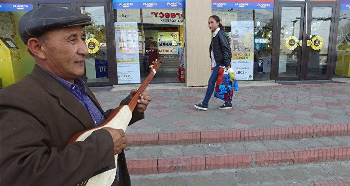 Эл аралап ырдап, комуз саткан Орозбек ата: кээде бир күндө 10 миң сом табам