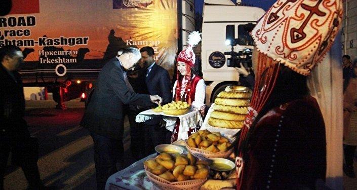Билдирмеге караганда, 30-октябрь күнү Достук өткөрмө бекетинде аталган эл аралык унаа жолуна тийиштүү мамлекеттерден келген делегациялар жолугушуу өткөргөн