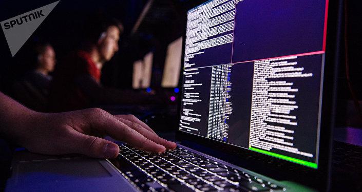 Мужчина за компьютером. Архивное фото