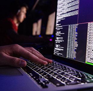 Мужчина за работой на ноутбуке. Архивное фото