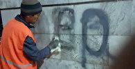Вандал исписал колонны на площади Ала-Тоо