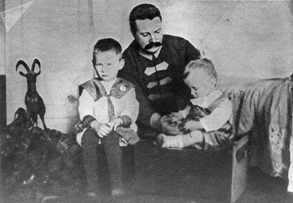 Михаил Фрунзе с детьми