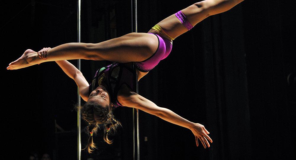 Участница чемпионата по шестовой акробатике в Бишкеке. Архивное фото