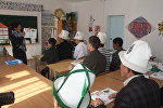 Памирские кыргызы переселенные в Кыргызстана во время урока в школе