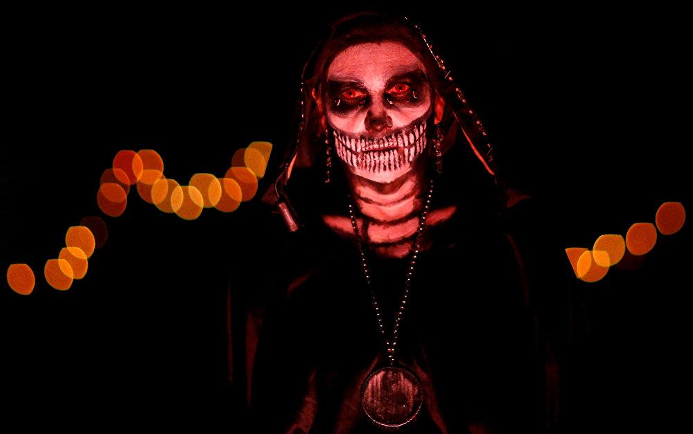 В США Хэллоуин стал популярен благодаря эмигрантам из Ирландии.  На фото: американка в костюме мертвой невесты