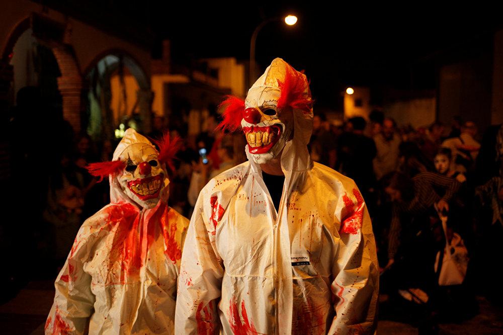 Жители Мексики в костюмах клоунов-убийц на параде в честь Дня всех святых