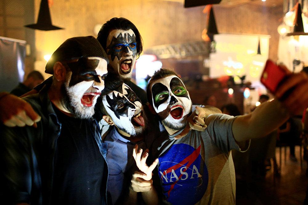 Жители Ирака в аквагриме в ночь празднования Хэллоуина