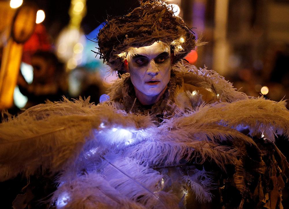 Традиция одеваться привидениями, монстрами и прочими видами нечисти берет свое начало в кельтских поверьях. Кельты верили, что, если нарядиться демоном или духом, настоящие темные силы тебя не заметят.  На фото: британец на параде по случаю Дня всех святых