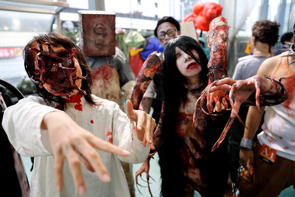 Жители Японии в костюмах зомби на вечеринке в честь Хэллоуина