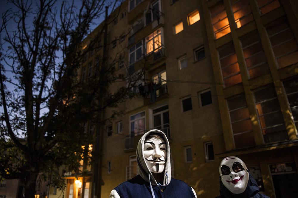 Хэллоуин — один из древнейших праздников, его история насчитывает около двух тысяч лет. На фото: молодые люди в масках Анонимуса на праздновании Хэллоуина в Косово.