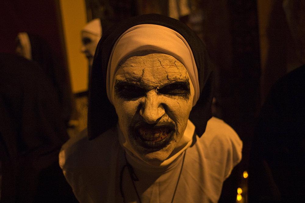 Женщина в костюме монахини-зомби на праздновании Хэллоуина в Малаге (Испания)