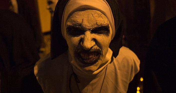 Женщина на праздновании Хэллоуина. Архивное фото