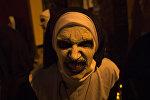 Женщина в костюме монахини-зомби на праздновании Хэллоуина. Архивное фото