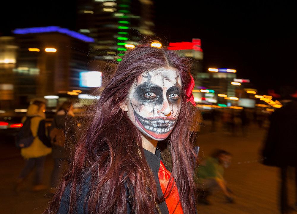 По поверью, ведьмы проводят один из своих шабашей в Хэллоуин. На снимке женщина в костюме зомби в городе Минск, Беларусь