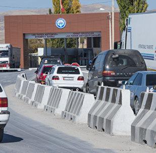 Пробка из автомобилей на границе между Кыргызстаном и Казахстаном на КПП Ак-Тилек.
