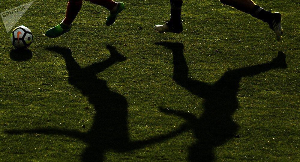 Футболисттер машыгып атат. Архивдик сүрөт