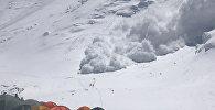 Турист снял на видео, как лавина накрыла альпинистов на пике Ленина в КР