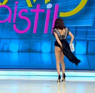 Румынская ведущая в прямом эфире стала искать паука у себя под платьем