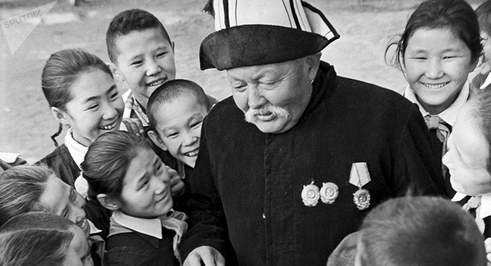 Народный артист Киргизской ССР, манасчи Саякбай Каралаев. Архивное фото