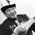 Эстебес Турсуналиев 1931-жылы 5-майда Талас облусунун Манас районуна караштуу Кара-Арча айылында өнөрпоздордун үй-бүлөсүндө туулган
