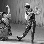 Кыргыз ССРинин эмгек сиңирген артисти Елена Орузбаева жана артист Арсанбек Ирсалиев улуттук кийимчен сахнада элдик бий аткарышууда. 1981-жыл