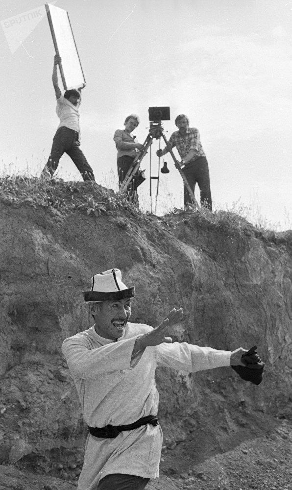 80-жылдар: СССРдин эл артисти, актер жана сүрөтчү Сүймөнкул Чокморов тасма аянтчасында. Ал Чыңгыз Айтматовдун чыгармалары боюнча тартылган тасмаларга көп тартылган