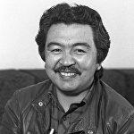 А бул 1984-жылкы сүрөттө Кыргыз ССРинин эл артисти, кинорежиссер, сценарист жана көптөгөн сыйлыктардын ээси Болот Шамшиевдин жүзүндө бактылуу жылмаюу бар